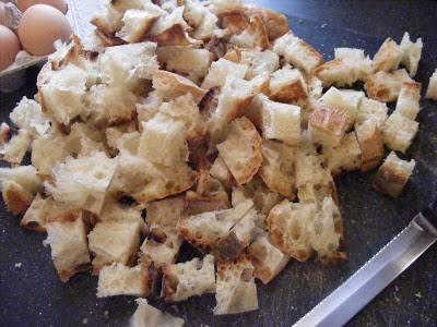 1. Итак, черствый хлеб режем кубиками и выкладываем ровным слоем в смазанную маслом форму для запекания. Хорошо разогреваем духовку, и даем нашим сухарикам дополнительно зарумянится.