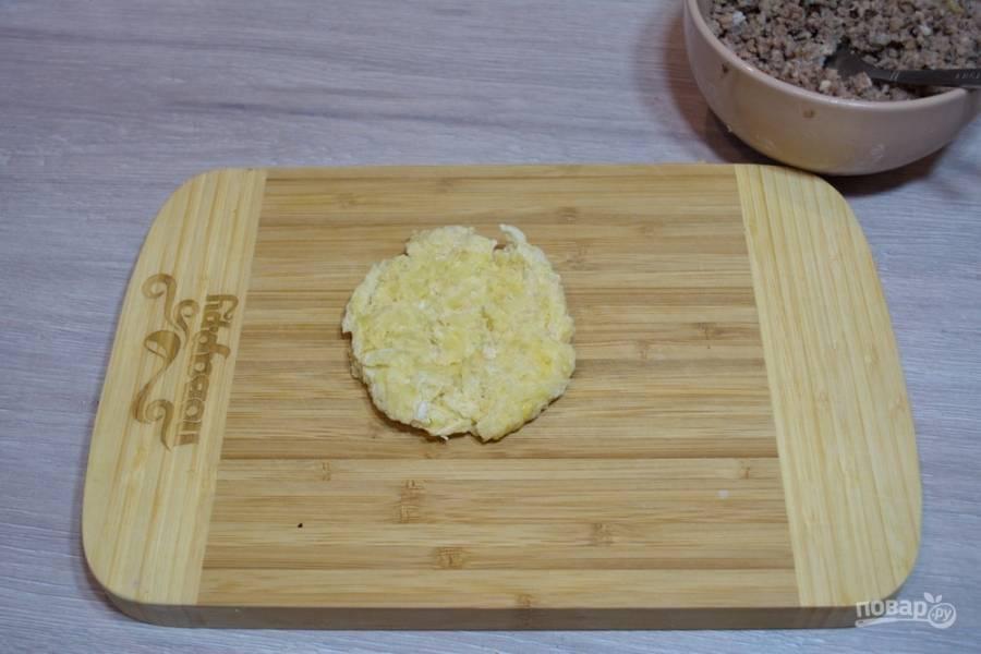 Из полученных ингредиентов замесите тесто. Разделите тесто на несколько кусочков. Из каждого скатайте шарик и расплюсните его.