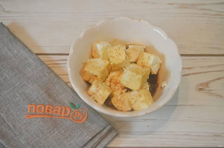 3. Добавьте имбирь и кубики тофу. Оставьте мариноваться минут на 10.