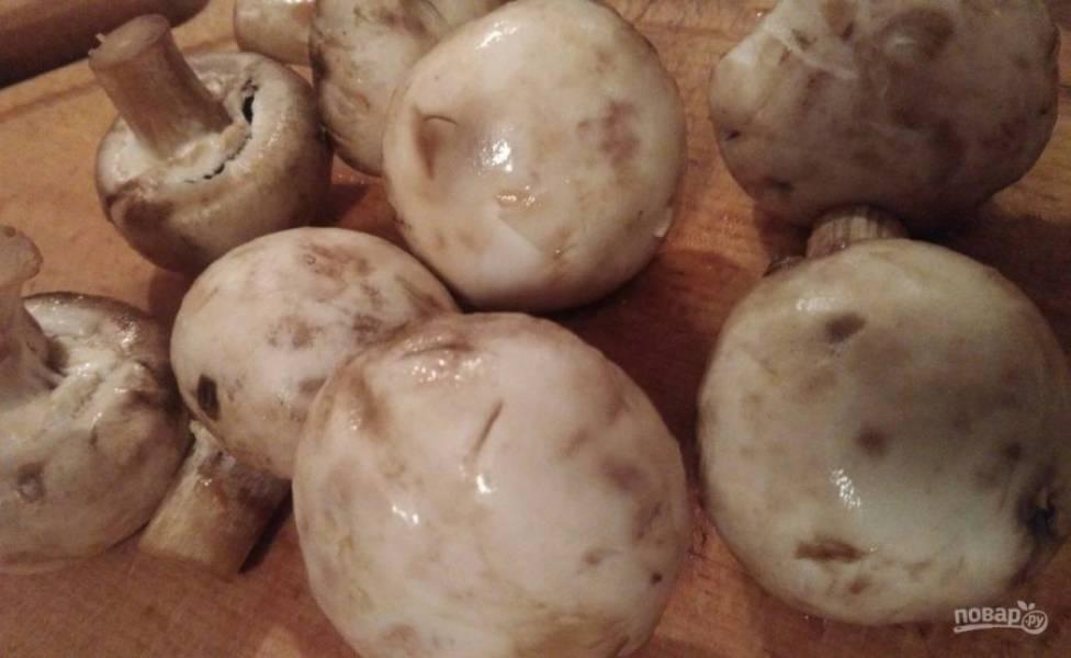 1. Остались у меня шампиньоны и уже напитались влагой, поэтому начали немного темнеть. Это не страшно совершенно, и такие грибочки отлично подойдут, например, для омлета. Моя мама давно на диете Дюкана, и я периодически балую ее всякими простыми и полезными вкусностями. Вот и сегодня решила приготовить ей на ужин такой омлет с грибами по диете Дюкана. Итак, моем тщательно грибочки и  нарезаем их желаемым способом. Кожицу я не снимаю.