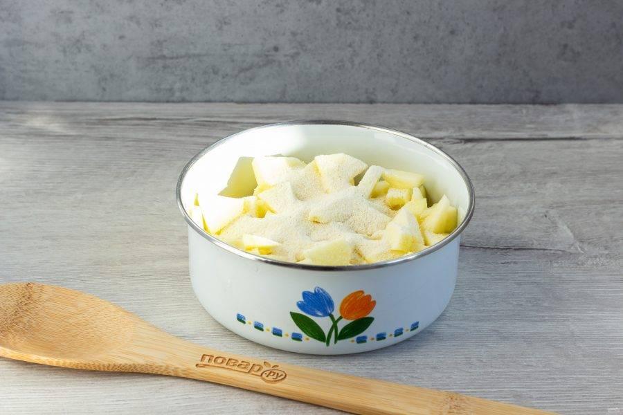 Яблоки помойте, очистите от сердцевины и кожуры. Нарежьте небольшими кусочками и перемешайте с манкой.