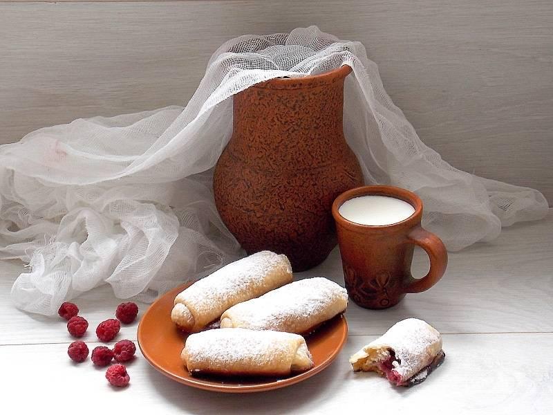 Готовые трубочки выньте из духовки, остудите и посыпьте сахарной пудрой.