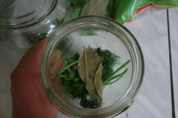 В стерилизованный банки раскладываем  зелень, лавровые листы и перец горошком.
