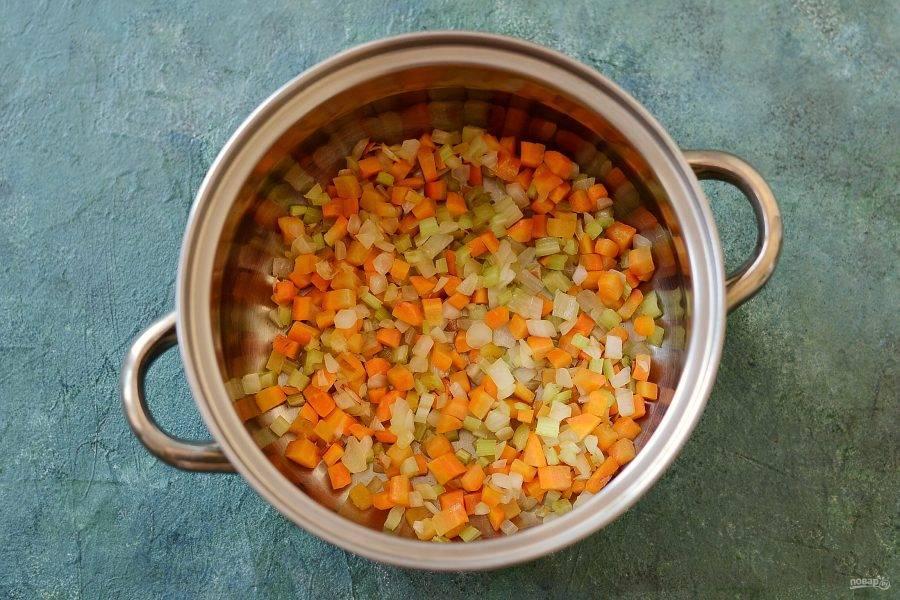 Разогрейте кастрюлю с толстым дном. Обжарьте в масле лук, морковь и сельдерей примерно 5-6 минут. Постоянно помешивайте.