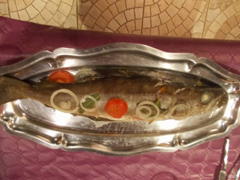 7. Отправляем рыбу в духовку на 40 минут. Запекается она при температуре 180 градусов. Если поставите температуру больше, то внимательно следите за приготовлением. Подавать рыбу нужно на блюде, украсив листьями салата или зеленью.