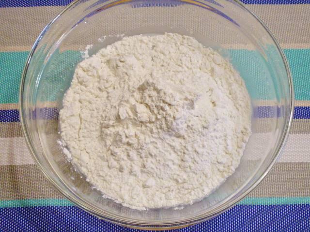 3. Добавляем яичный белок, размешиваем. Затем водим муку. Замешиваем тесто.