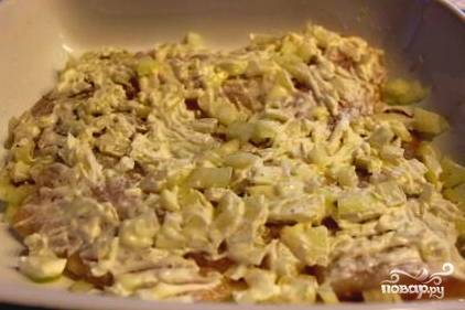 Разрезаем рыбу на кусочки. Нарезаем репчатый лук. Натираем сыр на крупной терке. Смазываем сметаной каждый кусочек рыбы. Можно добавить соевый соус. Я выдавила лимонный сок. Маринуем вместе с луком.