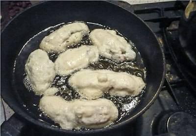 Кусочки рыбы опустите в кляр и жарьте на сковороде.