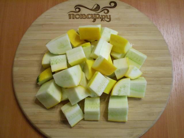 Порежьте все овощи кусочками, удобными для блендера или мясорубки.
