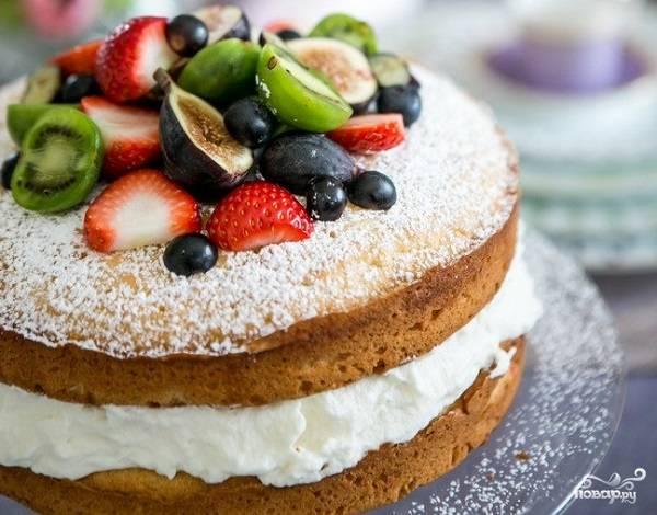 6. И украсьте по желанию. Вот и все, аппетитный бисквитный торт с кремом готов. Приятного чаепития!