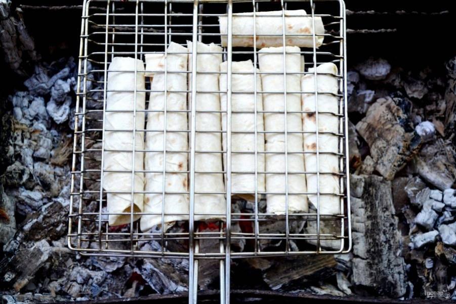 Как только угли хорошо прогорели, выкладываем решетку на мангал.