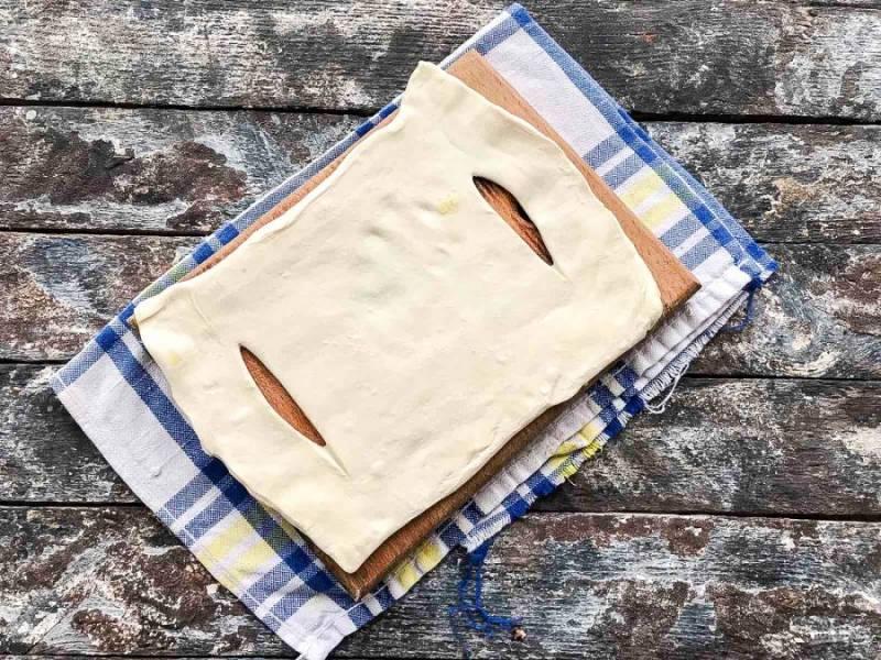 Тесто разрежьте на 8 равных квадратиков, раскатайте немного каждый и сделайте два надреза вдоль, отступая по 1 см. от края.