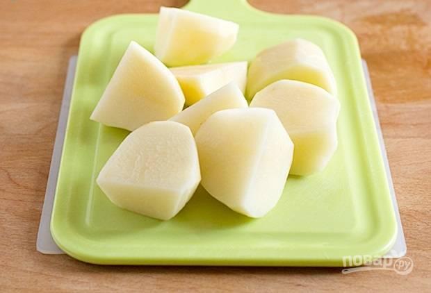 3.Картофель очищаю от кожуры, мою и нарезаю крупно.