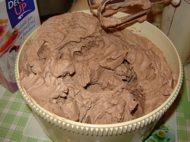 Из масла, сгущенки и какао взбить крем.