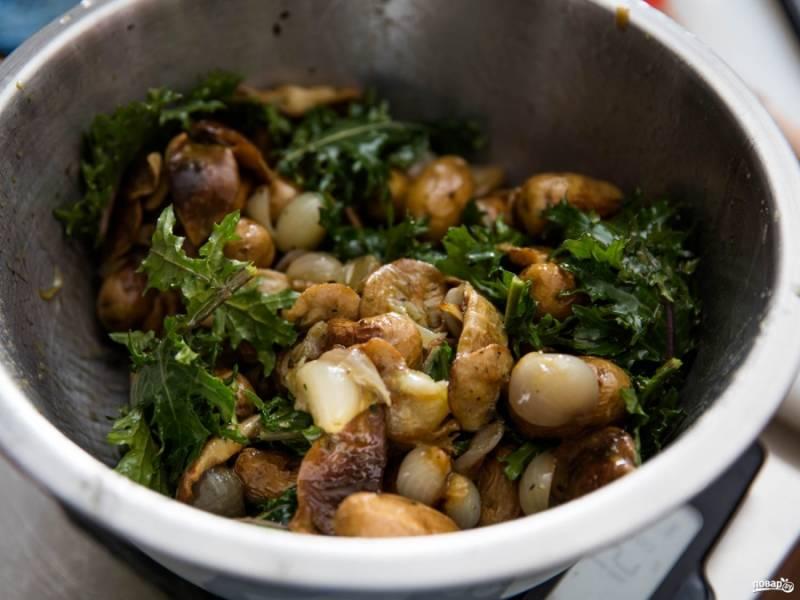 2. Теперь соединим ингредиенты в одной посуде, добавим лук, измельченный чеснок, горчицу, уксус и паприку. Перемешаем и все вместе обжарим.