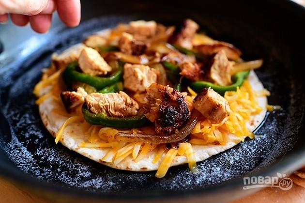 5. На тортильи поместите мясо и обжаренные овощи.