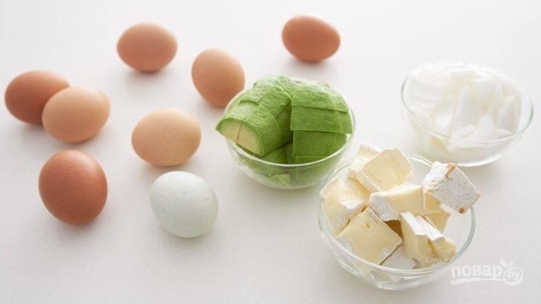 1.Очистите авокадо от кожуры, удалите косточку и крупно нарежьте. Луковицу нарежьте клиньями, а сыр кубиками. Взбейте яйца с солью и сливками.