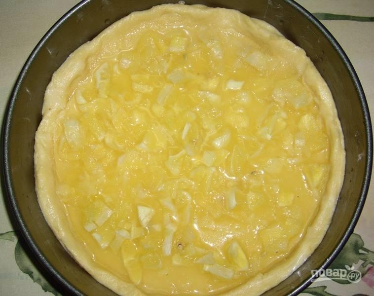 Тем временем лимоны почистите и их мякоть нарежьте средними кусочками. Затем выложите их на сахар.