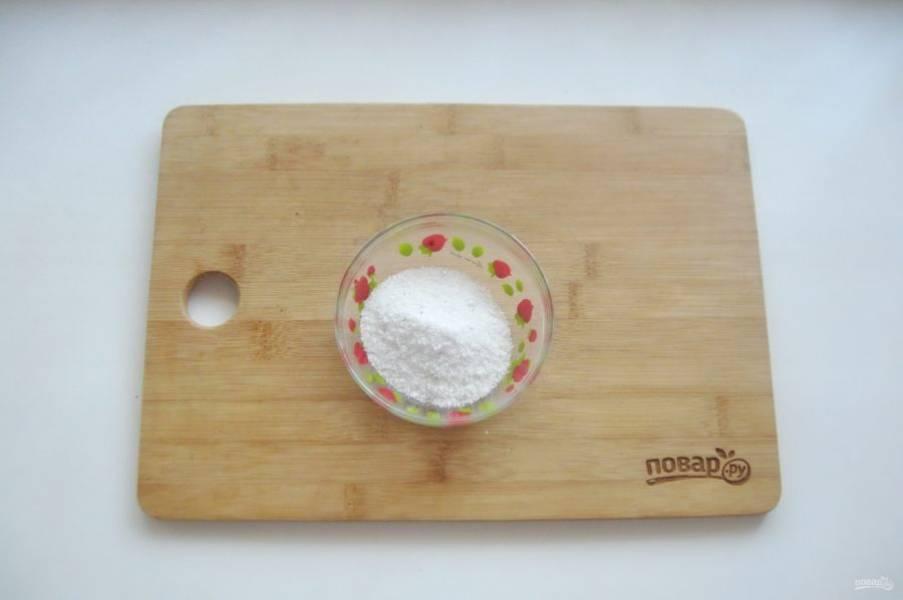В мисочку насыпьте крупную соль.