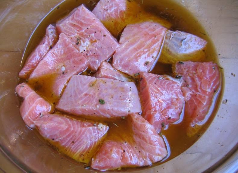 Опустите кусочки лосося в маринад.