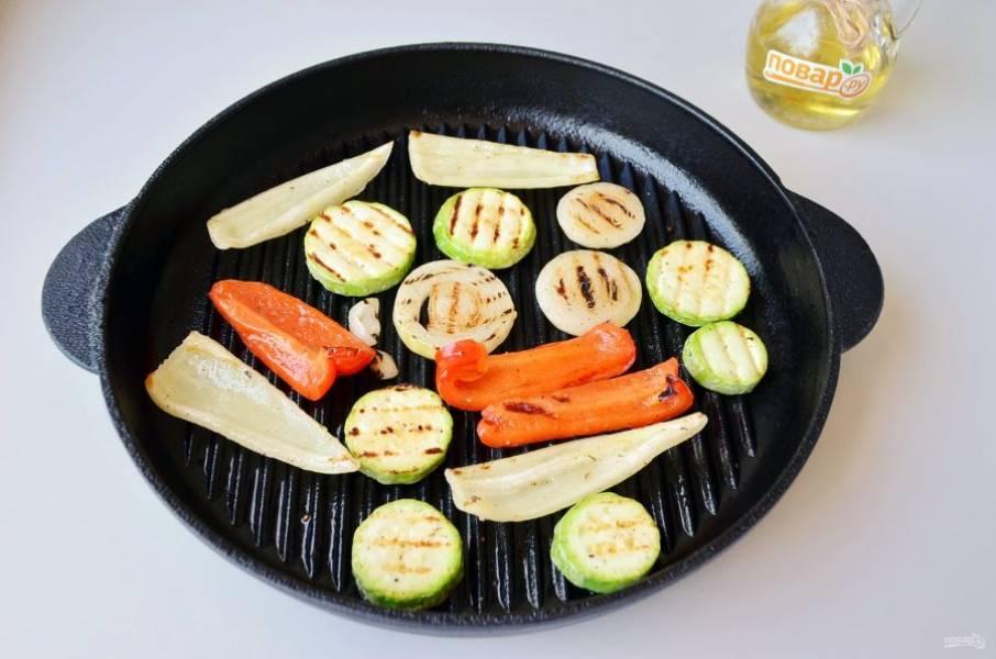 6. Снимите готовые овощи с гриля, перец сладкий положите в пакет, плотно завяжите и оставьте минут на 10, после этой процедуры он легко очистится от кожуры.
