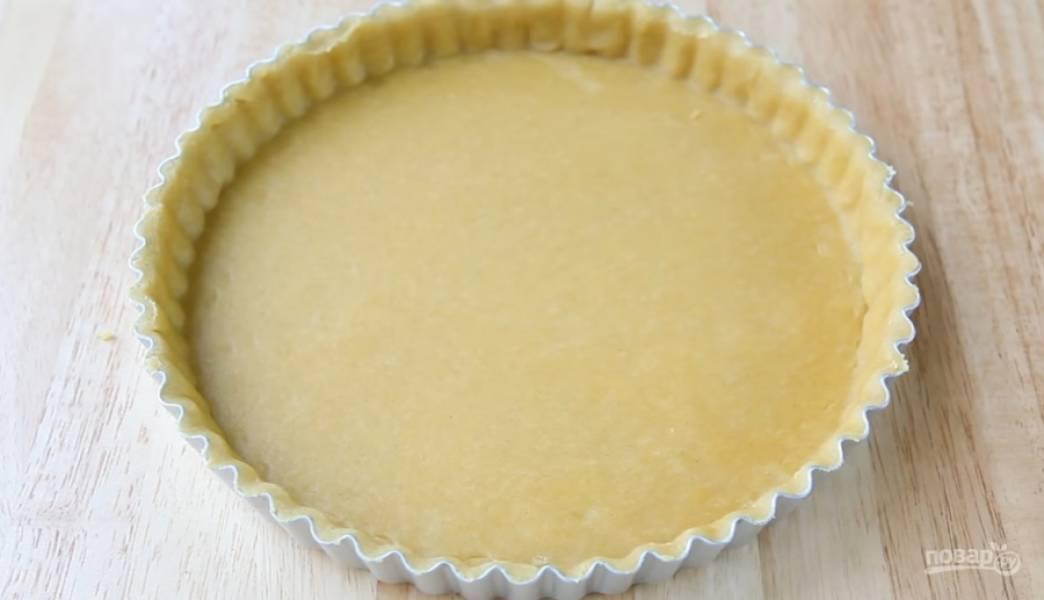 4.Раскатайте тесто в пласт по форме. Равномерно распределите тесто в форме, сделав края.