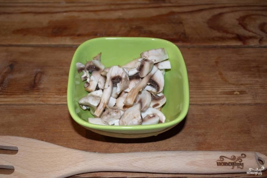 Сковороду можно накрыть крышкой. Помешивайте. Когда мясо станет светлым, посолите его, поперчите, добавьте специй к курице. Шампиньоны нарезаем произвольно.