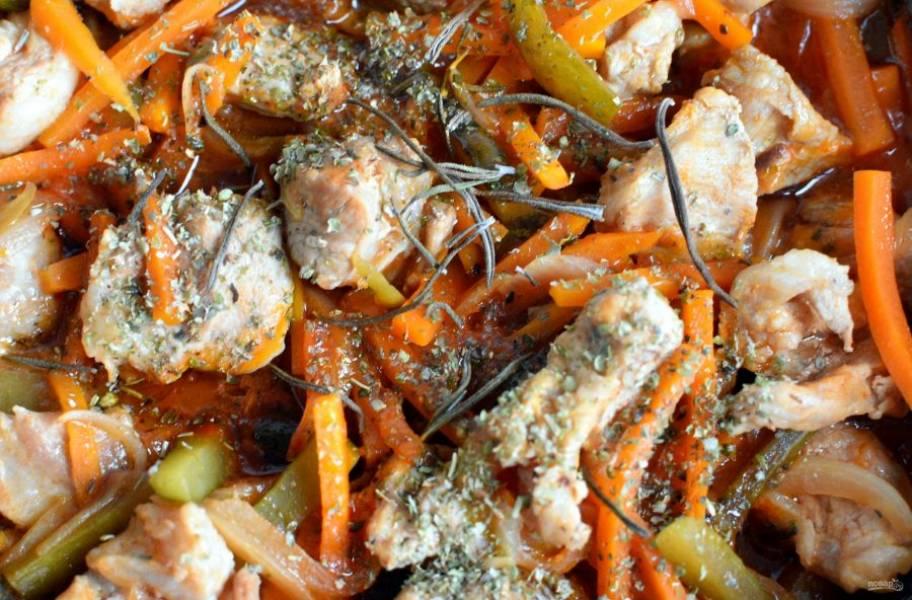 Влейте полстакана кипятка, посолите и поперчите по вкусу, добавьте пряности. Тушите мясо на медленном огне около получаса.