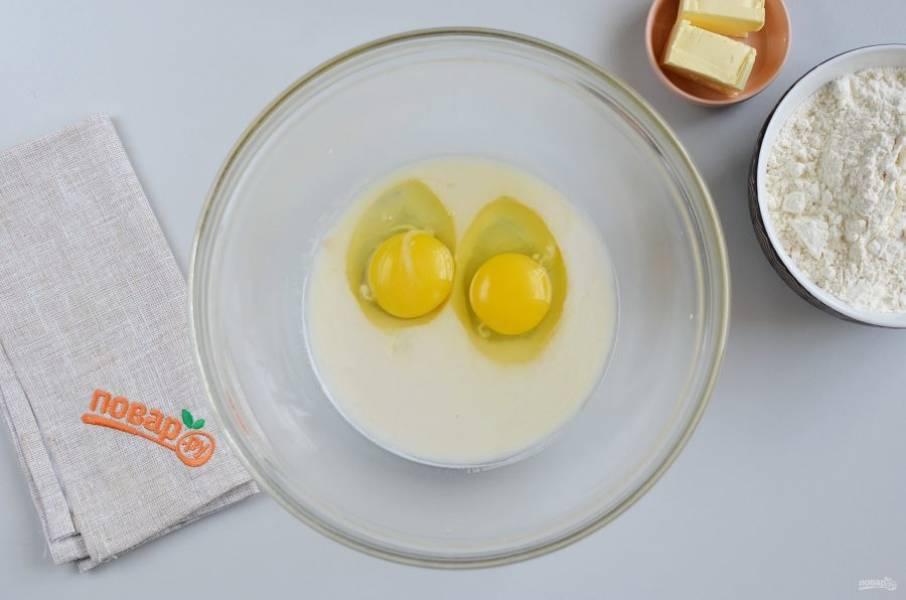 Добавьте яйца, перемешайте.