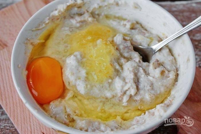 К творожной массе добавьте молотый миндаль, а также крахмал и яйцо. Все хорошенько перемешайте.