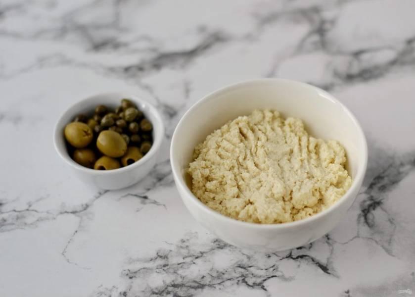 Тофу измельчите вилкой, добавьте постный майонез, соль и сухой чеснок, хорошо перемешайте.