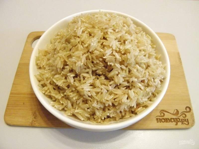 4. Рис переберите, если это есть необходимость. Промойте и замочите в воде пока жарятся овощи. Перед закладкой в сковороду слейте хорошо воду.