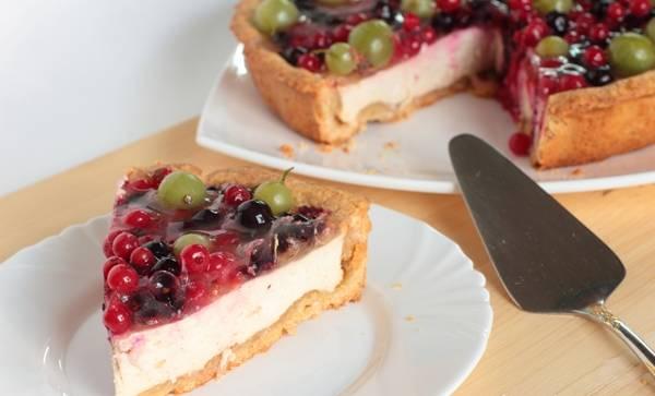 Оставьте пирог минимум на час в холодильнике. За это время желе должно застыть. Приятной дегустации!