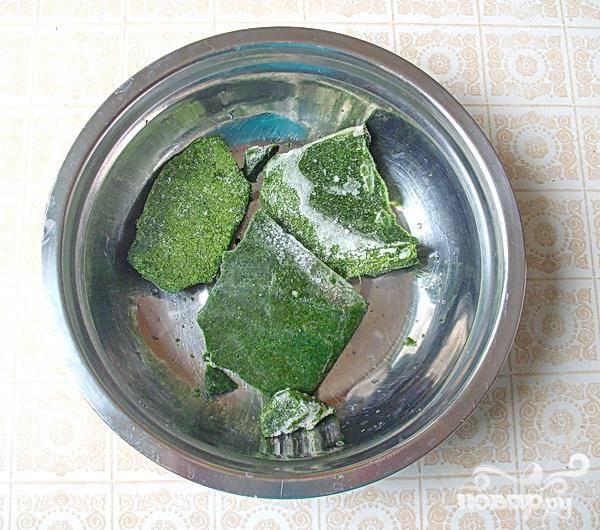 3.Теперь надо достать с морозилки шпинат и разморозить. Просто ложем в миску шпинат, и ставим на кипящую кастрюлю. После того как   мы его разморозили шпинат надо измельчить. Минут через пять после того как бросили сельдерей, добавляем шпинат.