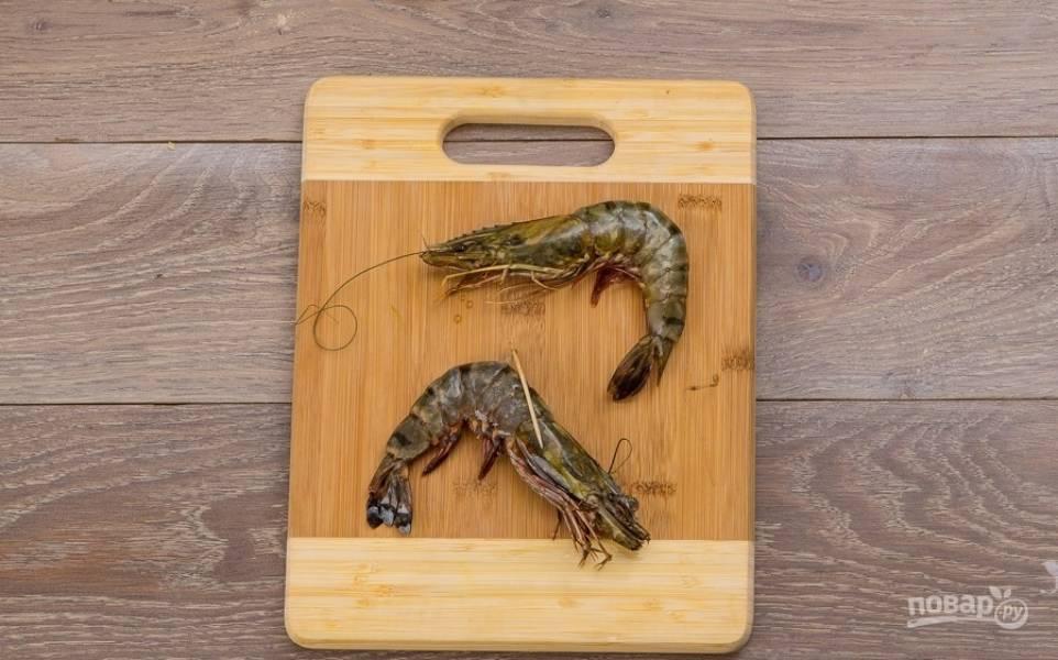 3. Выбираю две большие креветки и промываю их под проточной водой, не снимая панциря вынимаю у нее кишку.