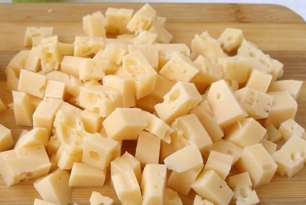 Хлеб и сыр нарезаем одинаковыми по форме кубиками.