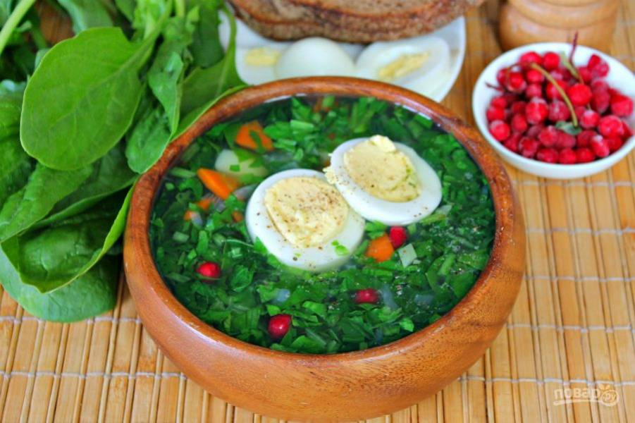 Суп с крапивой и шпинатом готов, остается добавить вареное яйцо и можно подавать к столу. Приятного аппетита!