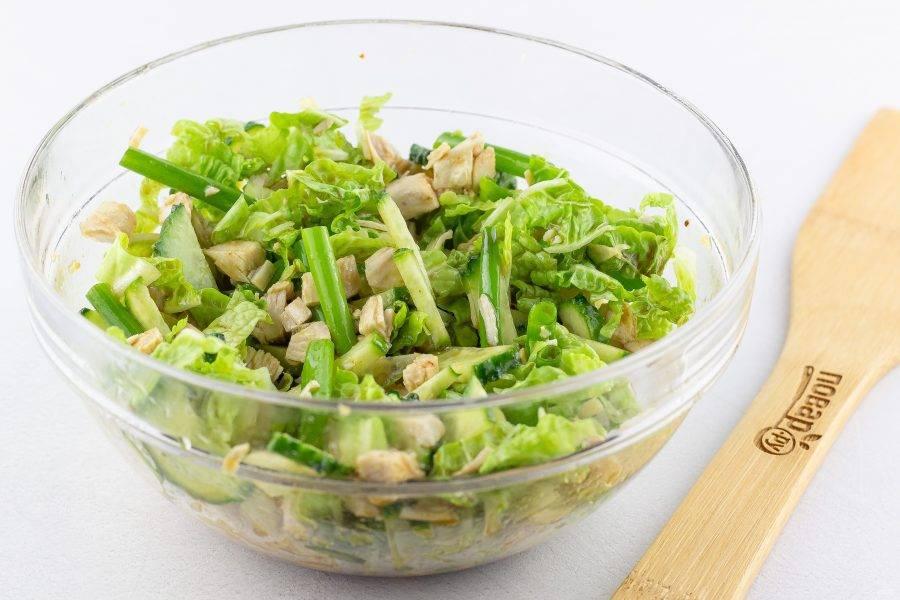 Заправьте салат соусом и дайте постоять 5-10 минут, затем выложите на блюдо и украсьте блинчиками. Блинчики также можно вмешать в основную массу салата.