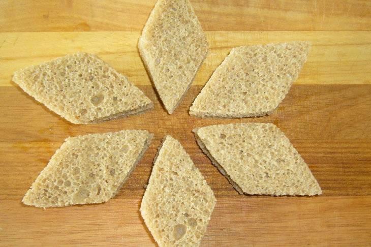 Вырежьте из хлеба ромбики.