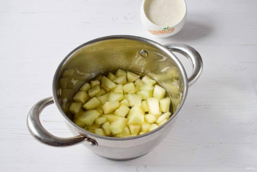 Дыню вымойте. Нарежьте на ломтики, очистите от кожуры и семян. Нарежьте на небольшие кубики. Засыпьте сахаром, оставьте в прохладном месте до утра. Утром перемешайте, оставьте до вечера.