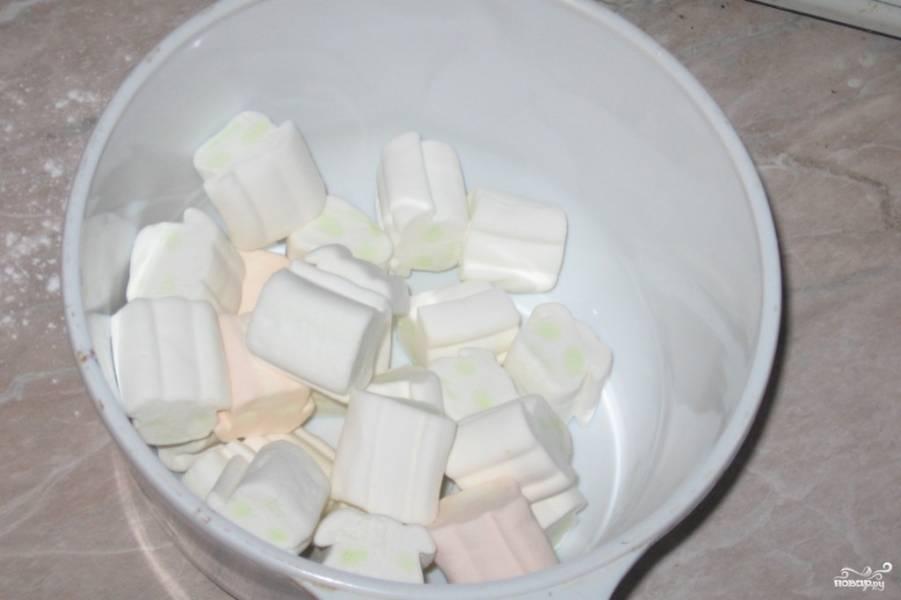 1.Достаем маршмелоу из упаковки и перекладываем в глубокую миску, используем цветной или однотонный по желанию.