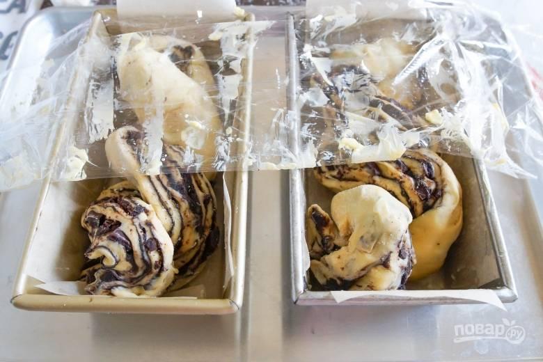 6. Скрутите полосы теста и поместите в форму для выпекания. Готовьте шоколадную бабку 40 минут при температуре 180 градусов.