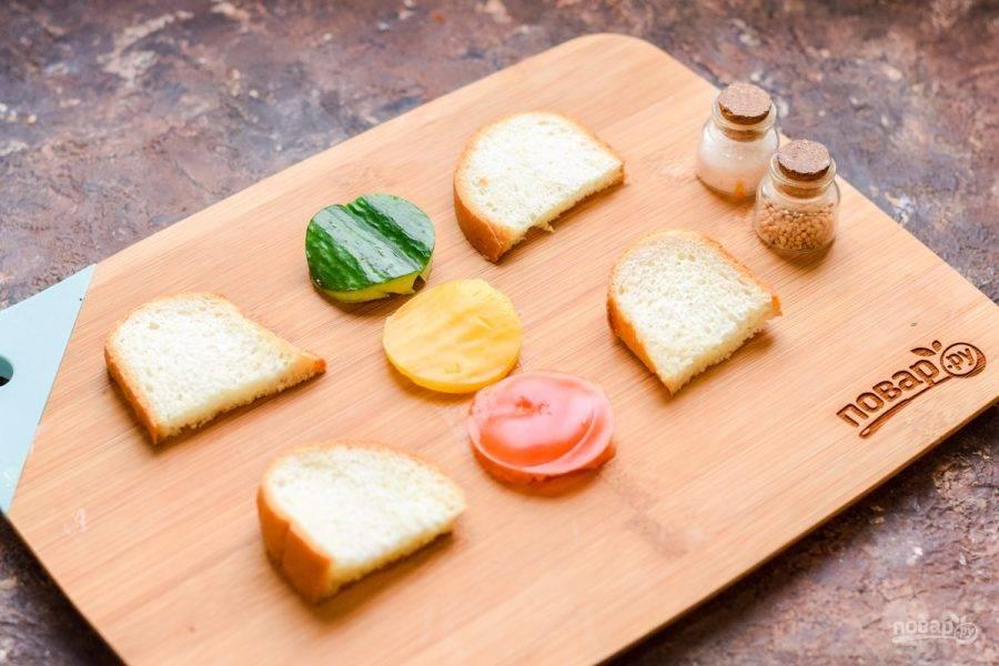 Вырежьте из помидора, огурца и перца три круглые заготовки для светофора. Хлеб можно поджарить по желанию.