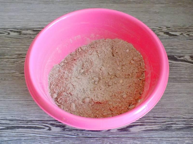 Перетрите руками масло с сухими ингредиентами.
