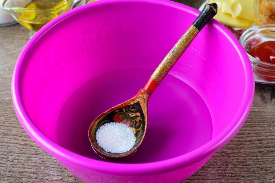 В слегка теплую воду добавьте соль и сахар.