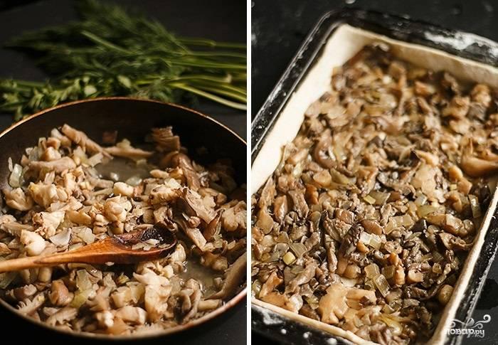 4. Посолите, поперчите грибы с луком. Снимите с огня, немного остудите и выложите в форму.