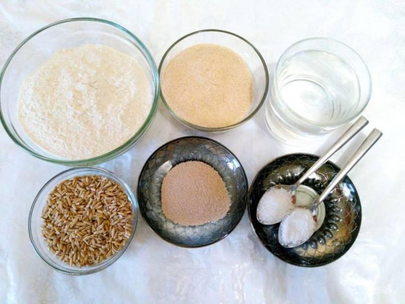 Подготовьте все необходимые продукты для приготовления хлеба из овса.
