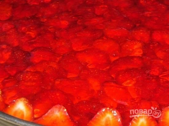 И заливаем остывшим клубничным желе. Отправляем в холодильник до полного застывания желейного слоя.