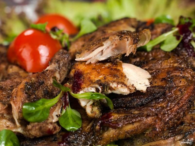 Благодаря тому, что готовим цыпленка на небольшом огне и длительный период времени, мясо получается очень нежным внутри, а также на нем образуется румяная корочка.