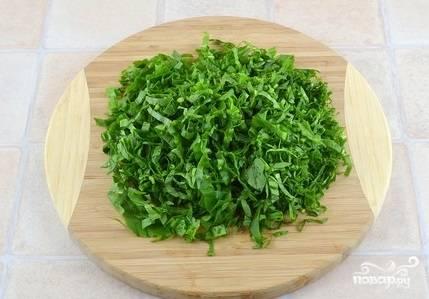 7. Промойте щавель. Нарежьте только листики без стебля.